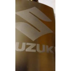 Motorkářská placatka SUZUKI s pískovaným logem